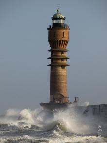 Le phare par fort ressac -